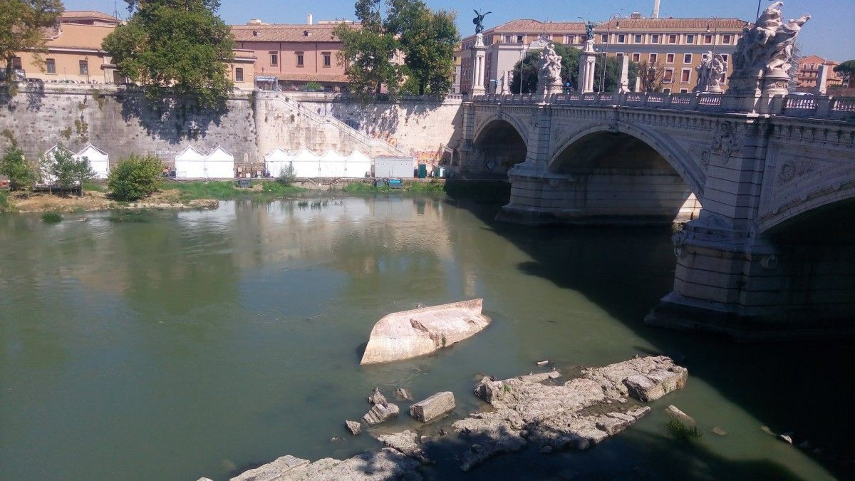 У Тібрі і постачають місто питною водою акведука різко впав рівень води / Фото twitter.com/MarisaTourGuide