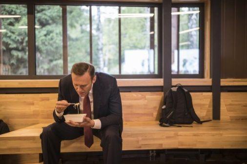 Навальний їсть доширак / фото vk.com