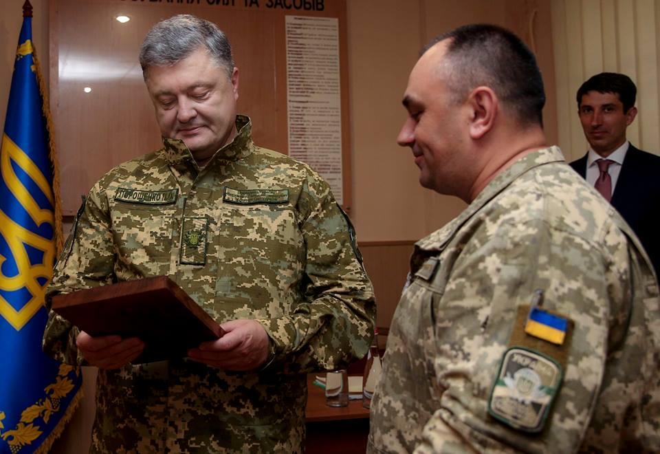 Порошенко собственными силами помогает военным / фото ukrmilitary.com