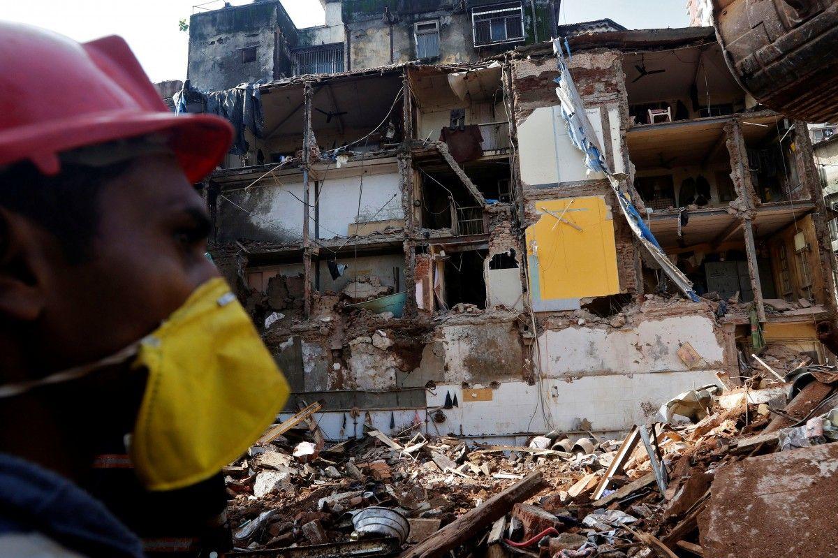 Рятувальник шукає живих людей на місці зруйнованого будинку в Мумбаї, Індія / REUTERS