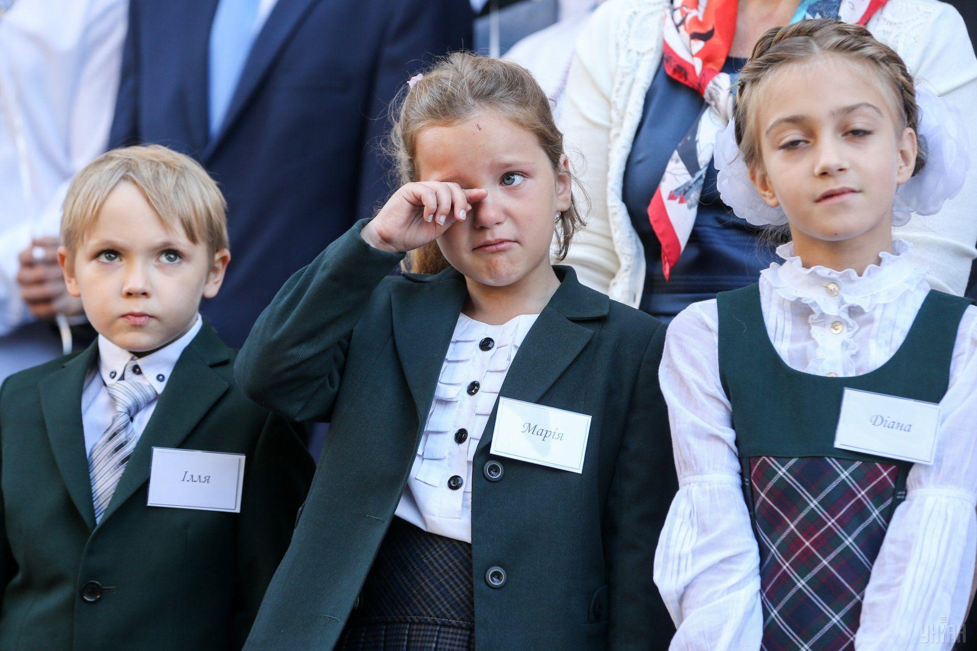 Свой первый День знаний маленькие школьники встречают со слезами на глазах / фото УНИАН