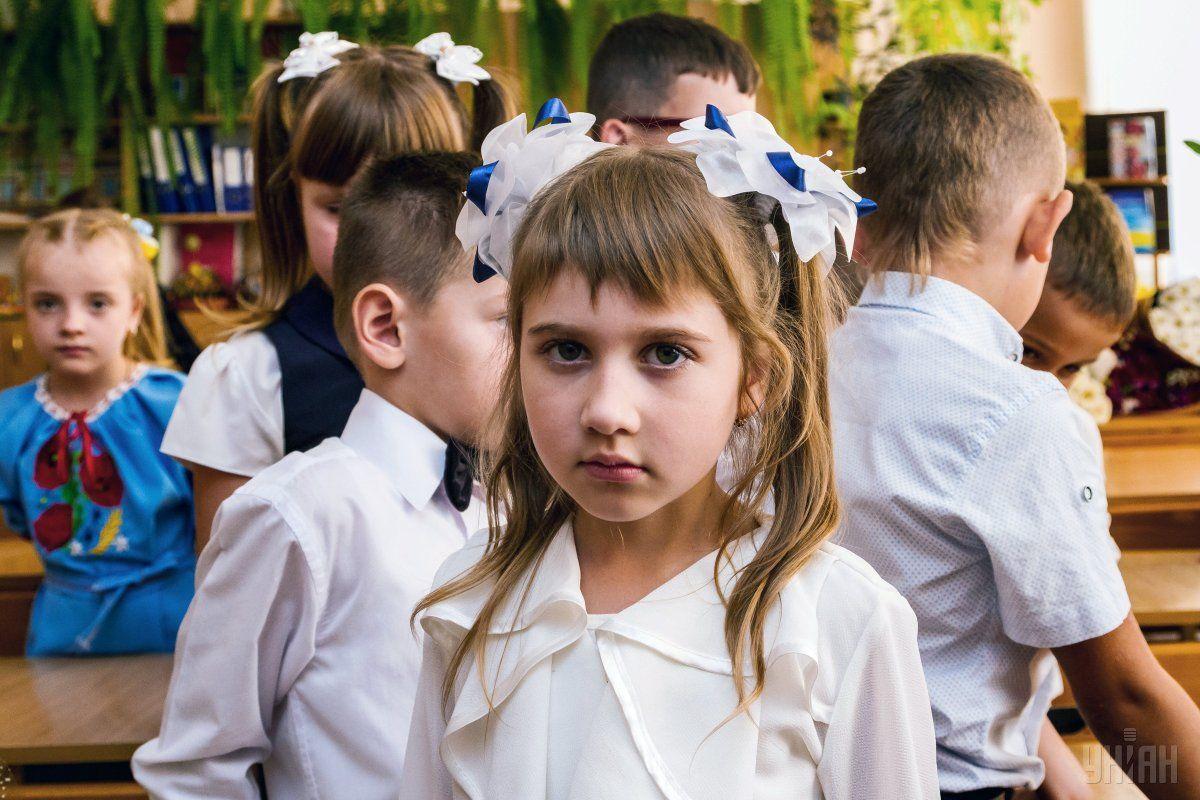 Детей будут приучать сначала писать карандашами / фото УНИАН