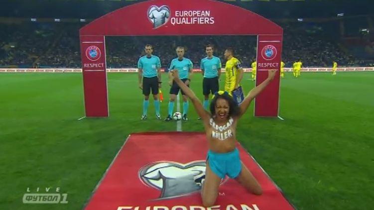 Активистка Femen, раздевшаяся перед Лукашенко, устроила новейшую  обнаженку наматче Украина— Турция