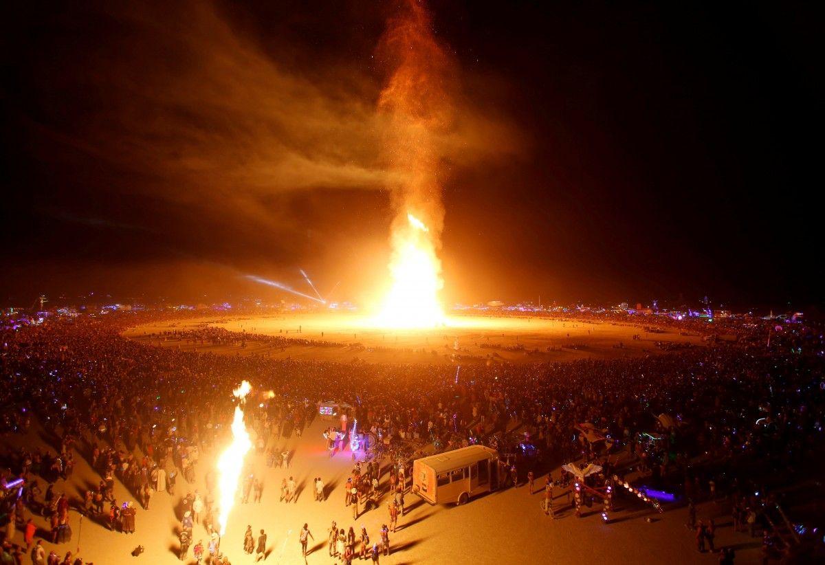 Burning man / REUTERS