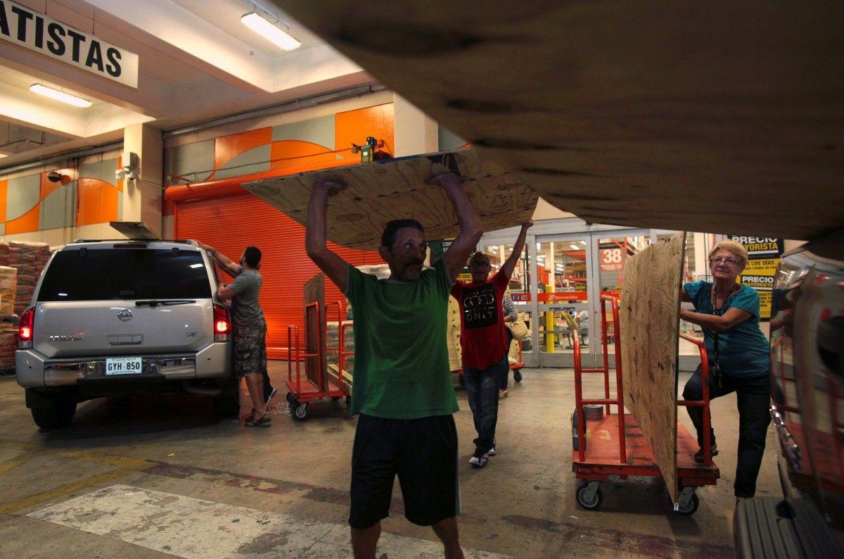 Люди скуповують в магазинах матеріали для зміцнення будинків перед ураганом / REUTERS