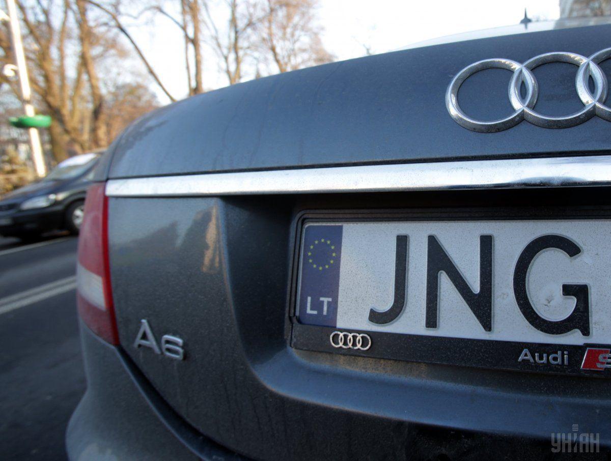 """Нові тарифи на розмитнення """"євроблях"""" хочуть прив'язати по об'єму двигуна авто / фото УНІАН"""