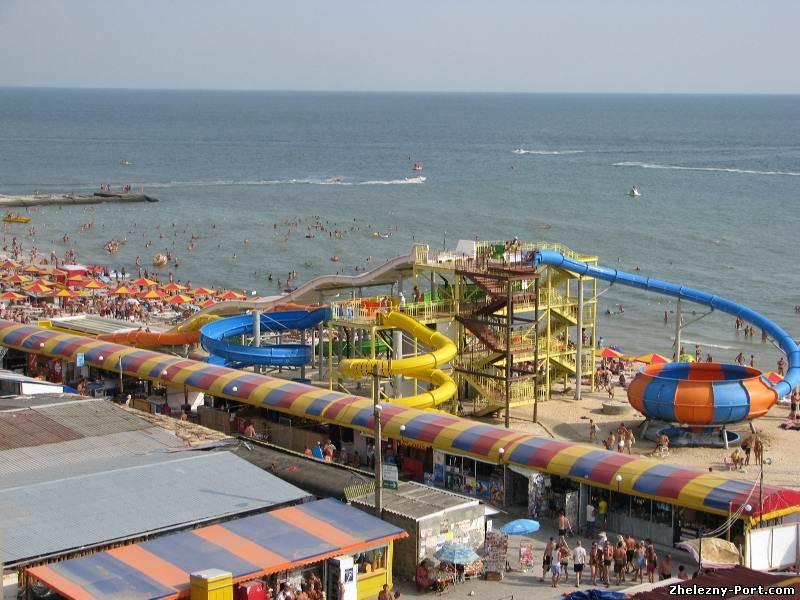 На популярных курортах Арабатская Стрелка, Геническ, Скадовск, Железный Порт, Лазурное и других уже к началу июня были выкуплены практически все VIP-номера / фото zhelezny-port.com