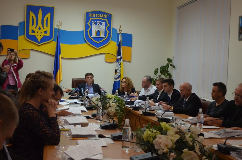 Мер зазначив, що влада міста вживає і вживатиме усіх заходів, аби вирішити зарплатні проблеми медичних працівників / фото zt-rada.gov.ua
