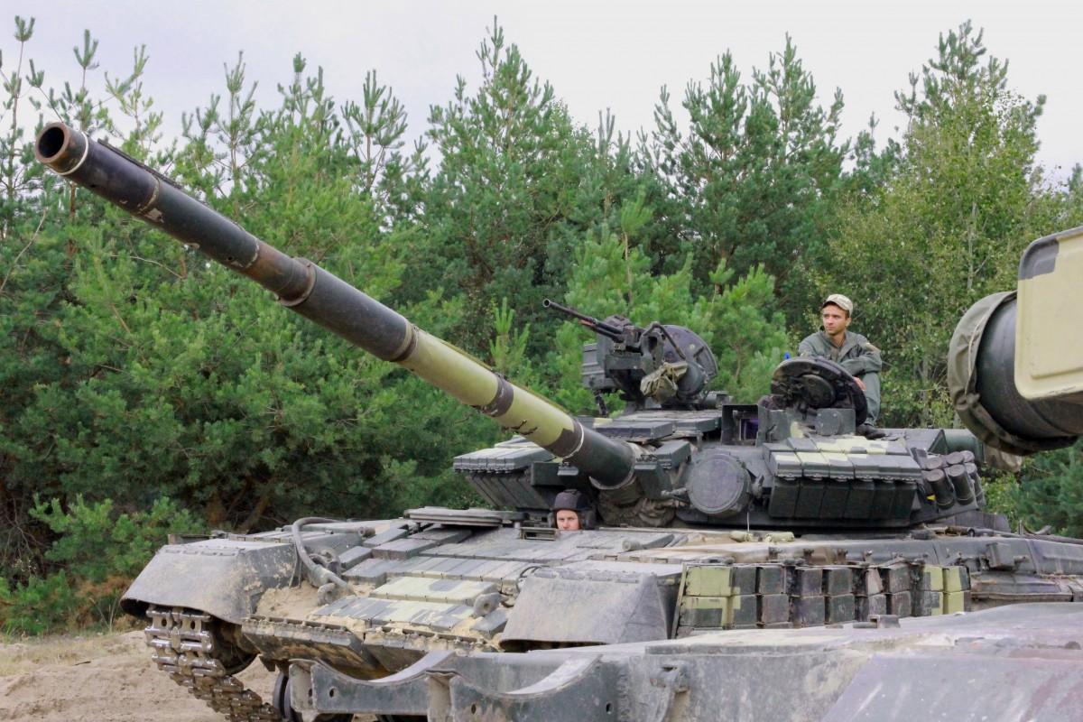 Порошенко может передать очередную партию оружия и техники уже сегодня / фото УНИАН