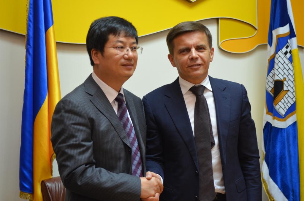 Житомирский городской голова Сергей Сухомлин поблагодарил представителей города Шанглу / фото zt-rada.gov.ua