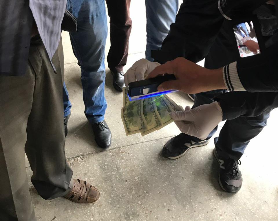 У Тернополі при отриманні 6 тис. грн хабара затримали посадовця міського центру соціального облсуговування населення / фото zt.npu.gov.ua