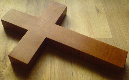 В ходе ссоры бизнесмен начал избивать одного из собутыльников деревянным крестом / фото reznoi-krestik