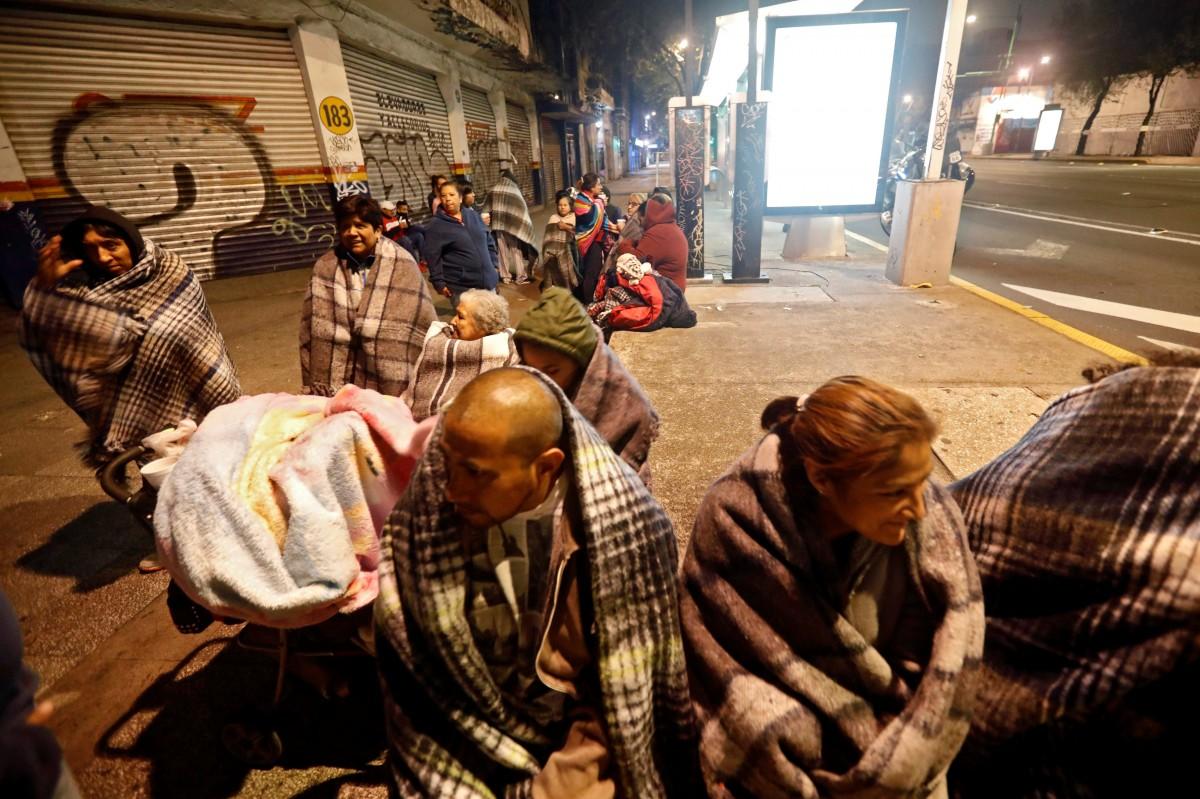 Люди зібралися на вулиці після землетрусу в Мехіко / REUTERS