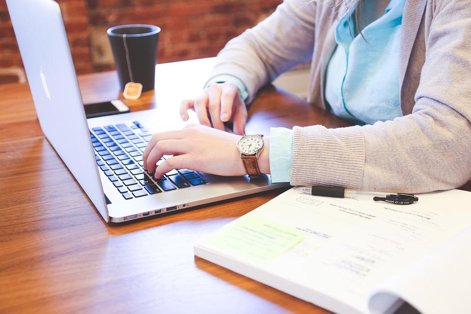 Эксперты рассказали, как избежать болей в спине и шее при работе дома / фото pixabay.com