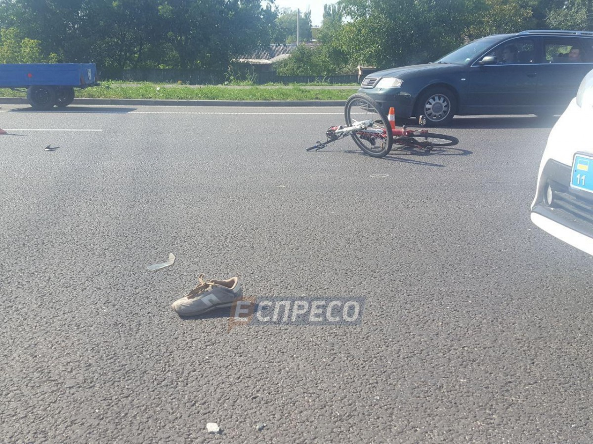 Чоловік переходив дорогу з велосипедом у невстановленому місці / фото Еспресо