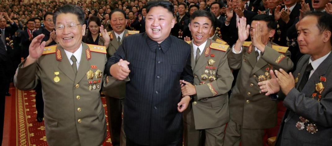 Ким чен Ын в окружении приближенных / REUTERS