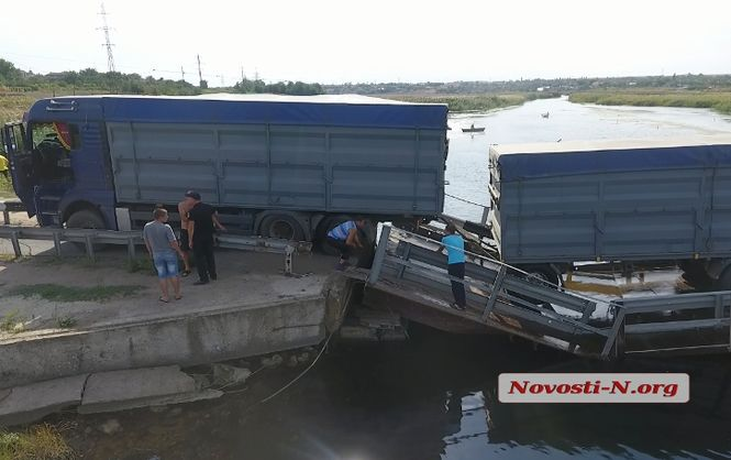 ВНиколаевской области фургон обрушил мост