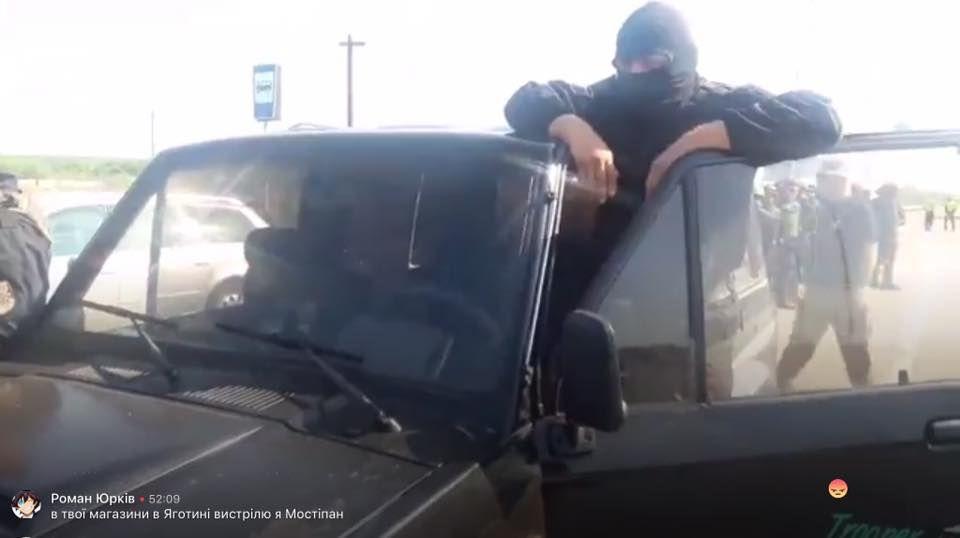 Озброєні люди, яких віз Семенченко на Краковець / фото facebook.com/toribal