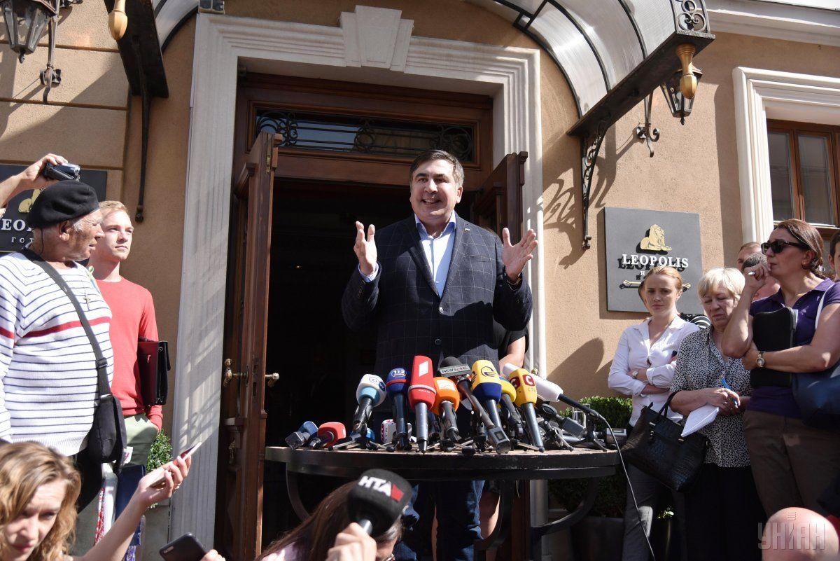 Саакашвілі вийшов до журналістів / фото УНІАН
