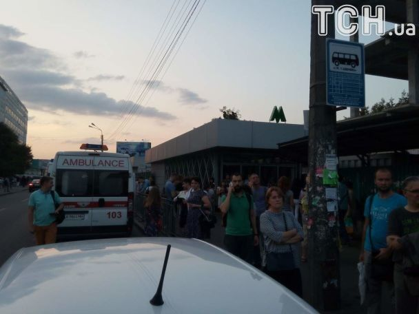 У закрытых станций метро скопилось много людей / ТСН