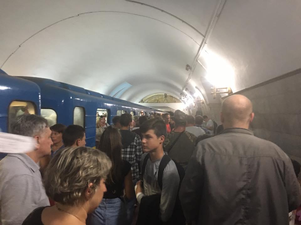 У метро оголошують, щоб пасажири їхали наземним транспортом / facebook.com/olga.omelyanchuk.90