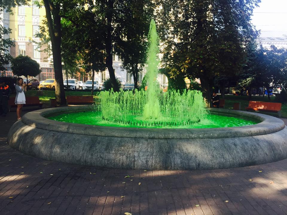 Вода в фонтане стала кислотно-зеленой / КП УЗН Подільського району