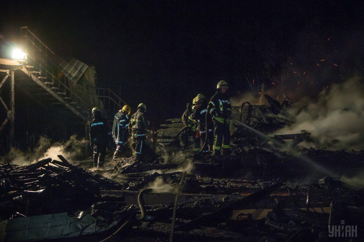 Пожежники гасять пожежу в таборі / фото УНІАН