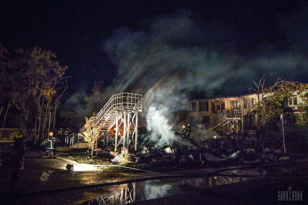 Пожар на территории детского комплекса «Виктория» в Одессе произошла поздно вечером 15 сентября 2017 года / фото УНИАН