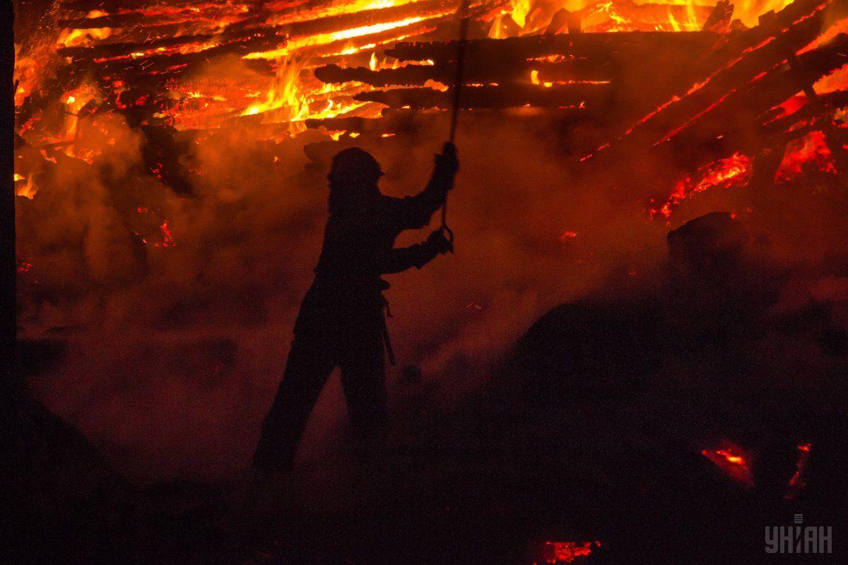 После тушения пожара спасатели обнаружили обгоревшие останки трех детей / фото УНИАН