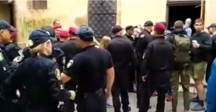 На місце події приїхала поліція / скрін відео