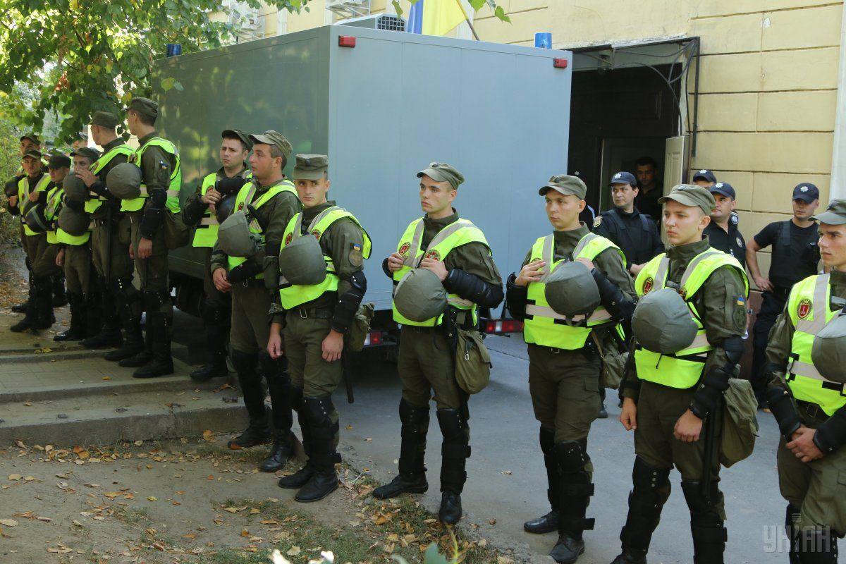 Возле здания суда произошли столкновения между правоохранителями и активистами / фото УНИАН