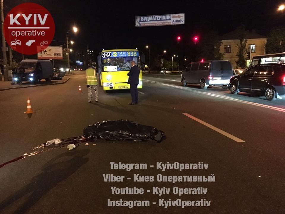 Чоловік перебігав дорогу в недозволеному місці / фото facebook.com/KyivOperativ