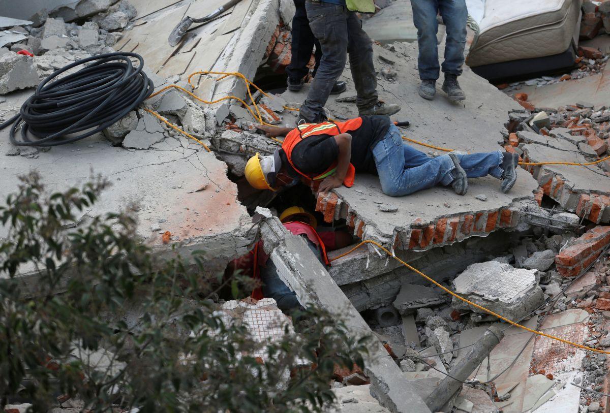 В Мексике разбирают завалы после землетрясения / REUTERS