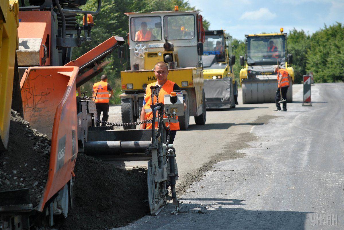 По ориентировочным подсчетам Мининфраструктуры, дороги в Украине можно отремонтировать за 10 лет / фото УНИАН