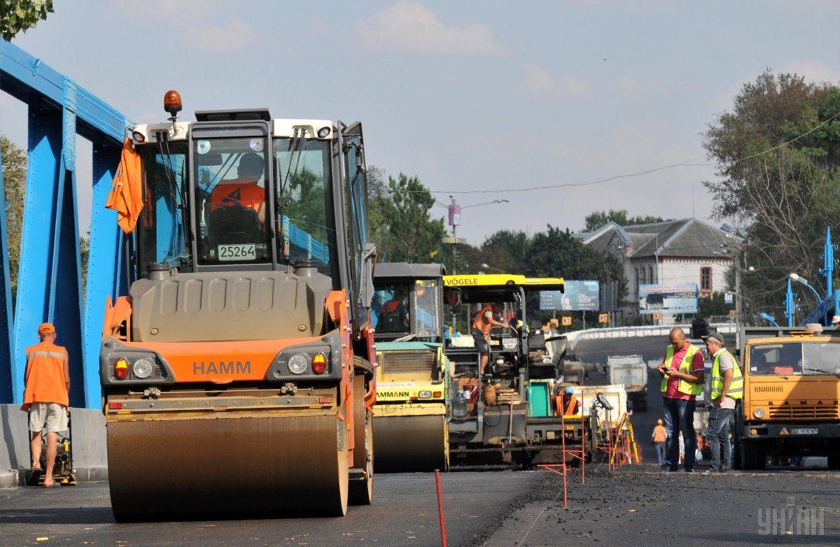 Экономию при ремонте дорог обеспечивают дешевая рабочая сила и сырье / фото УНИАН
