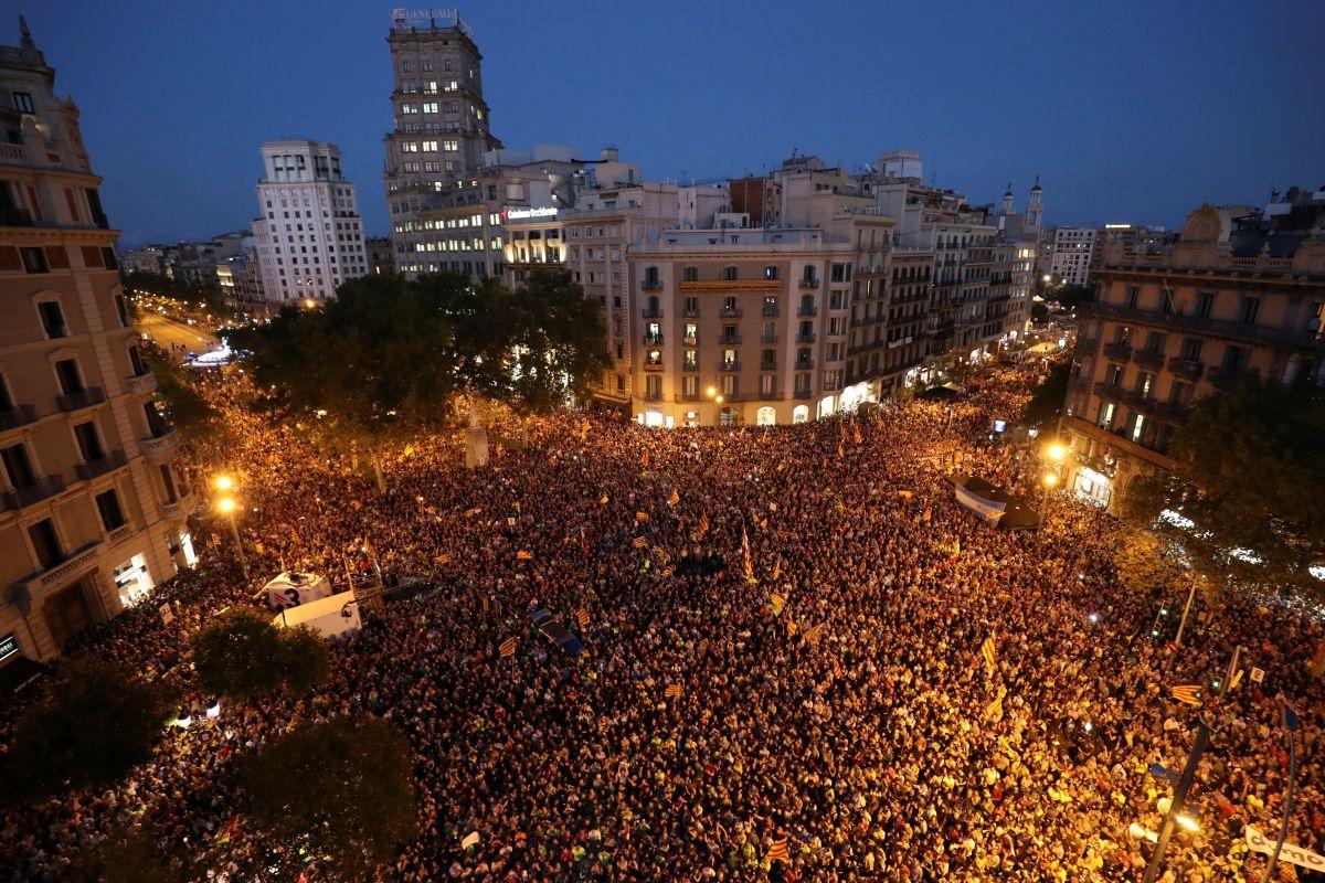 Люди вышли на улицы Барселоны / REUTERS