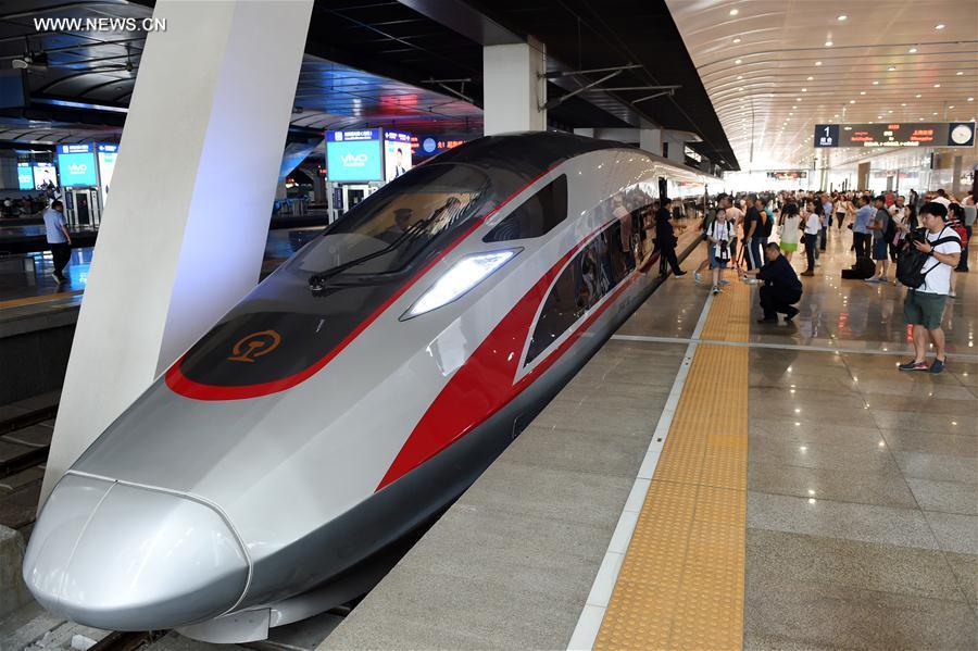 Поезд движется со скоростью 350 км/ч / Xinhua