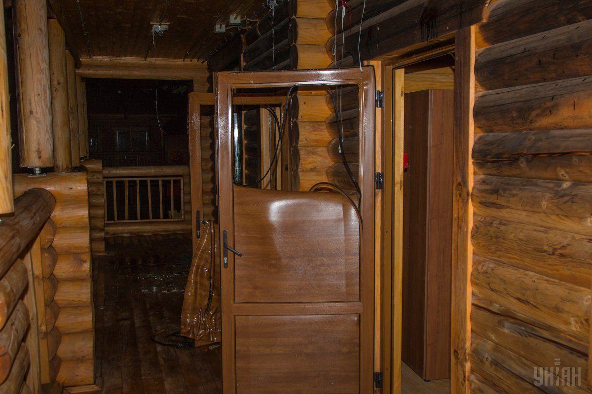 Дерев'яний будинок у дитячому таборі