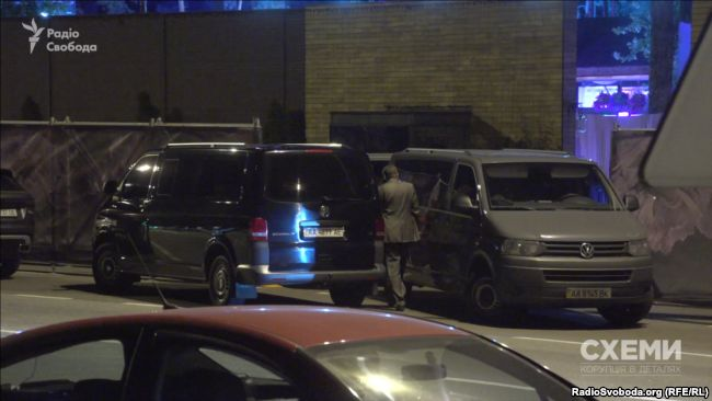 Отгородиться от журналистов пытались микроавтобусами / фото radiosvoboda.org