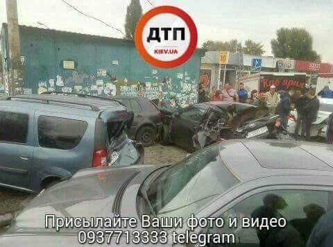 В результате ДТП разбито 6 автомобилей / фото dtp.kiev.ua