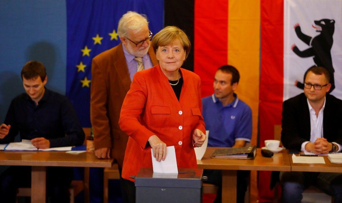 Канцлер ФРГ Ангела Меркель голосует в день парламентских выборов / REUTERS