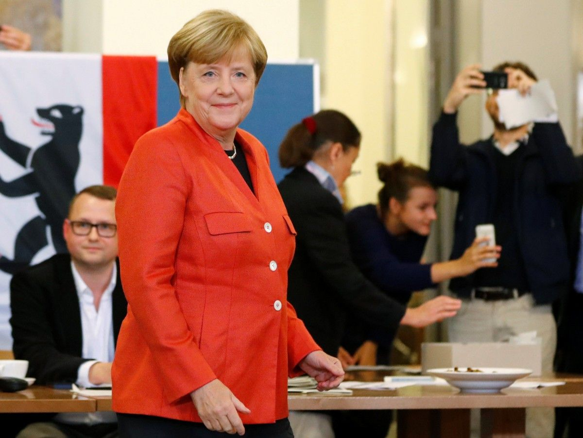 Порошенко иГройсман поздравили Меркель спобедой навыборах