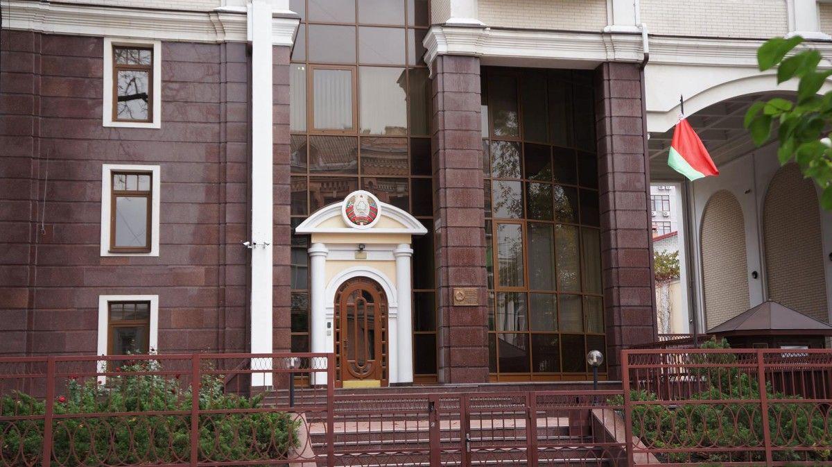 У посольстві заявили, що під стінами посольства 23 вересня невідомі палили фаєри / фото facebook.com/BelarusEmbUkr