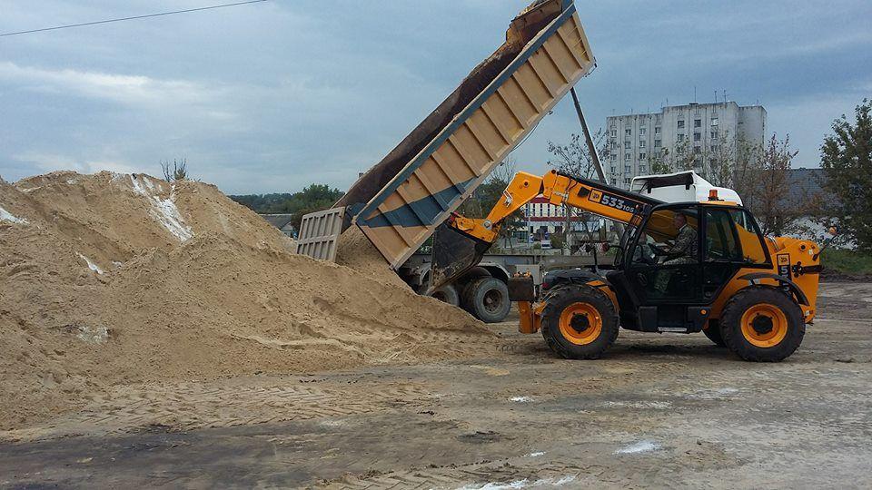 До конца сентября ожидается достаточный резерв песчано-соляной смеси / фото zt-rada.gov.ua