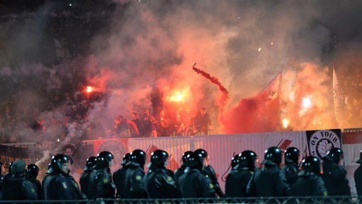 На матче чемпионата России произошли столкновения полиции и фанатов  / yarreg.ru