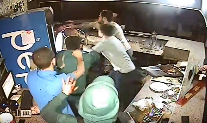 АТОшник дал отпор во время драки в ночном клубе / Скриншот
