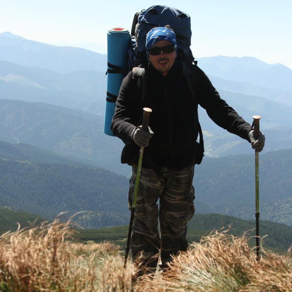 A туристы дураки-тянут в гору рюкзаки воин рюкзаки