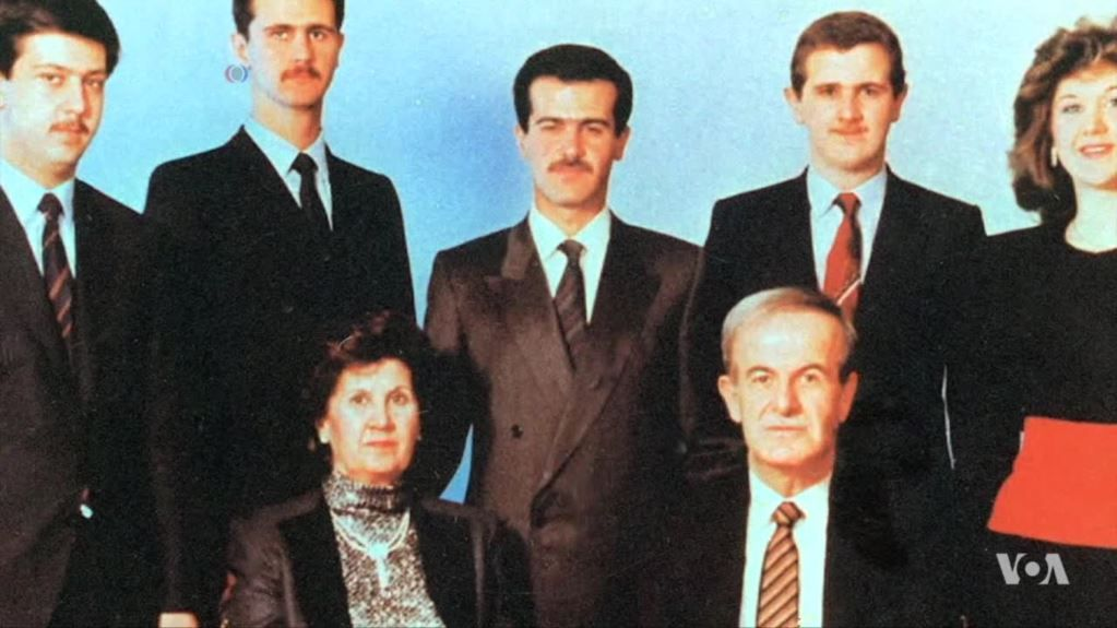 Рифат аль-Асад (в центре) пытался свергнуть своего брата Хафеза Асада (на фото в первом ряду), который впоследствии передал власть своему сыну Башару (на фото второй слева) / Фото voanews.com