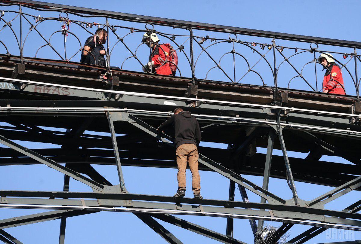 Хлопець простояв на нижній опорі мосту кілька годин / фото УНІАН