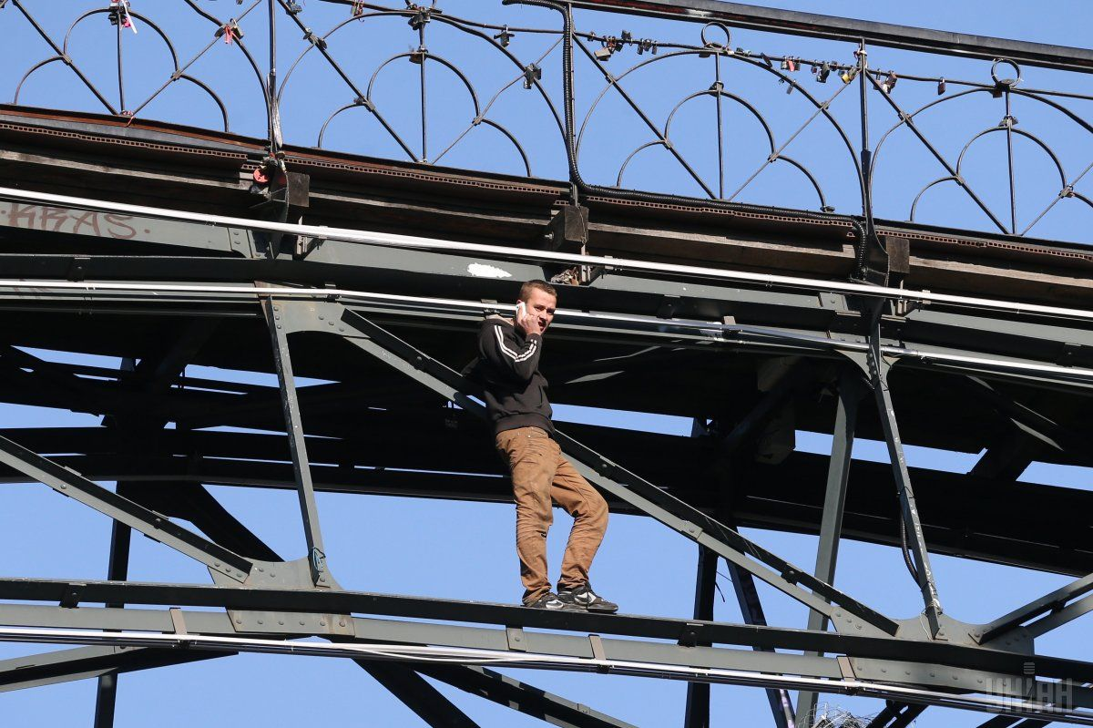 В Киеве молодой парень угрожал прыгнуть с Моста влюбленных, однако через несколько часов передумал / УНИАН